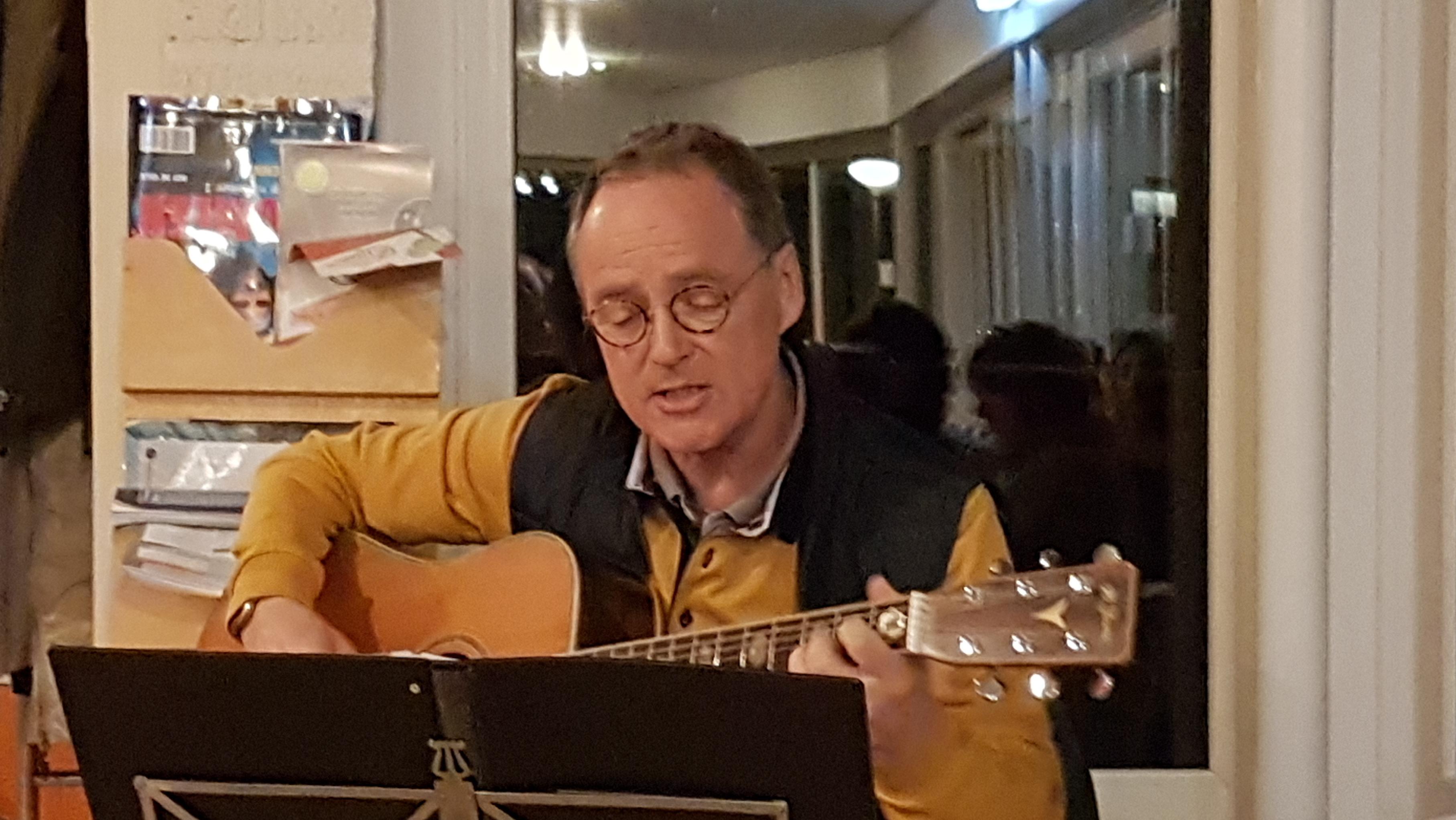 190320 Gerard zingt bij ALV